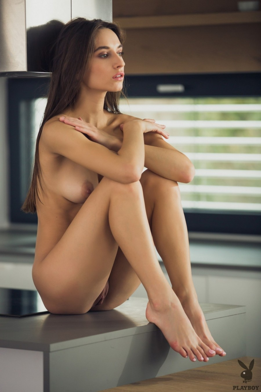 Slim hottie turns kitchen into a stage