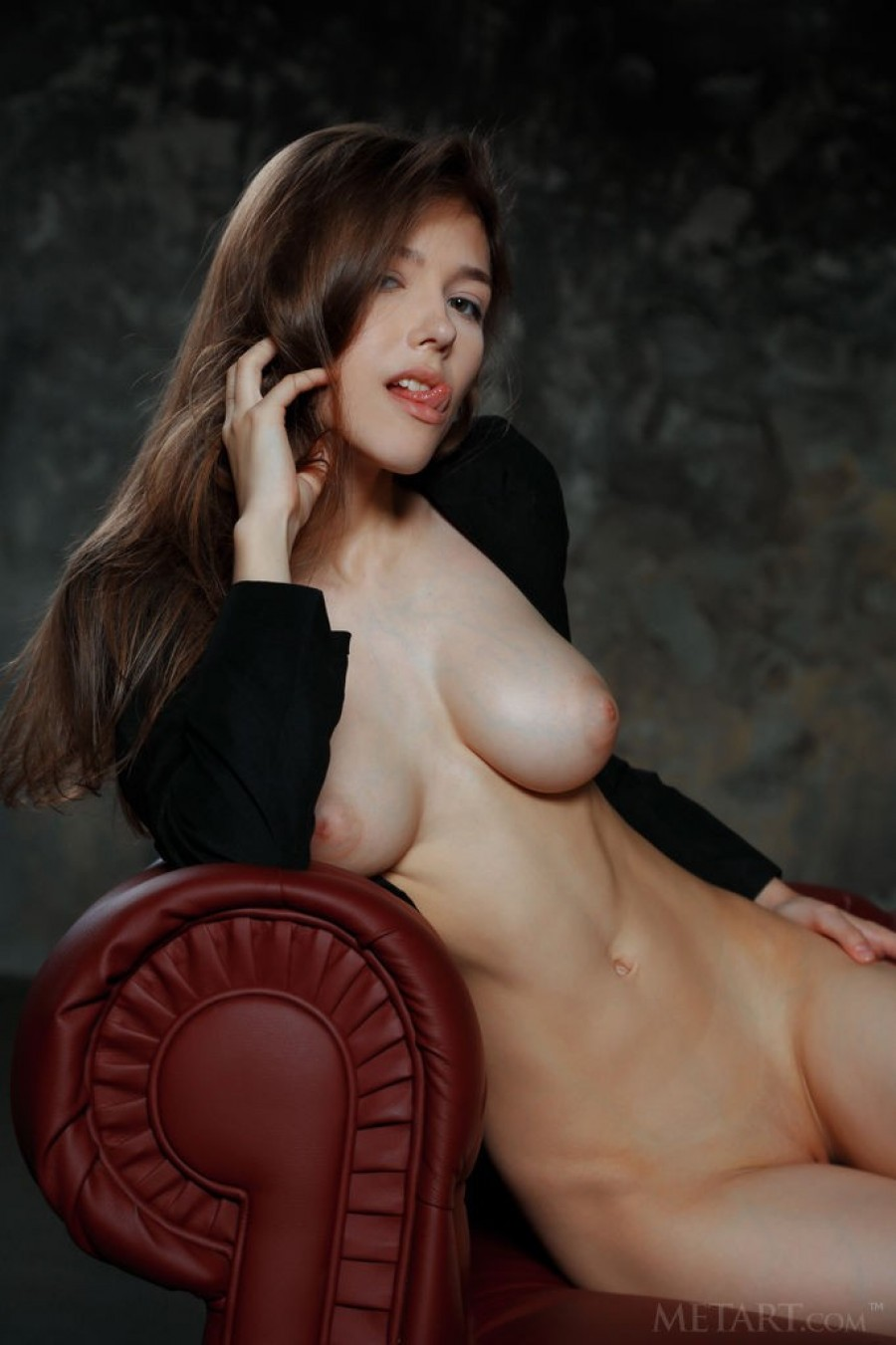 Solo girl unveils her pussy