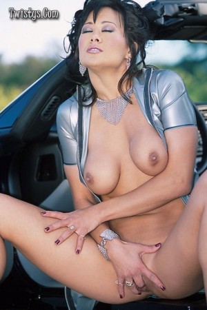 Curvy hottie masturbates on her posh car