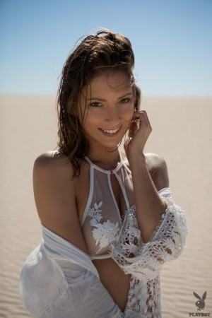 Sexy chick undresses totally in the desert