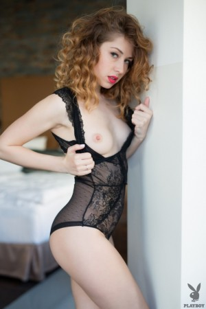 Ginger babe prepares pussy for solo sex games