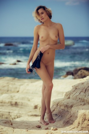 Curvy chick shows her naked body on isolated beach
