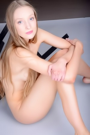 Gentle babe poses totally naked at the easel