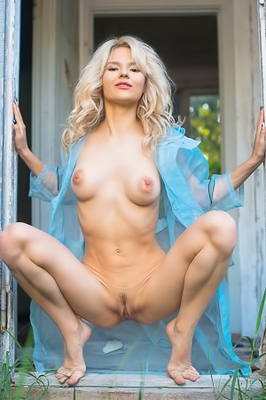 Hot Blonde Zarina