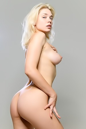 Gorgeous Blonde Kalua Shows Her Nude Body